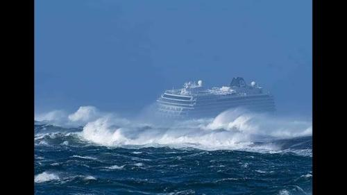 На круизном лайнере Viking Sky эвакуируют пассажиров